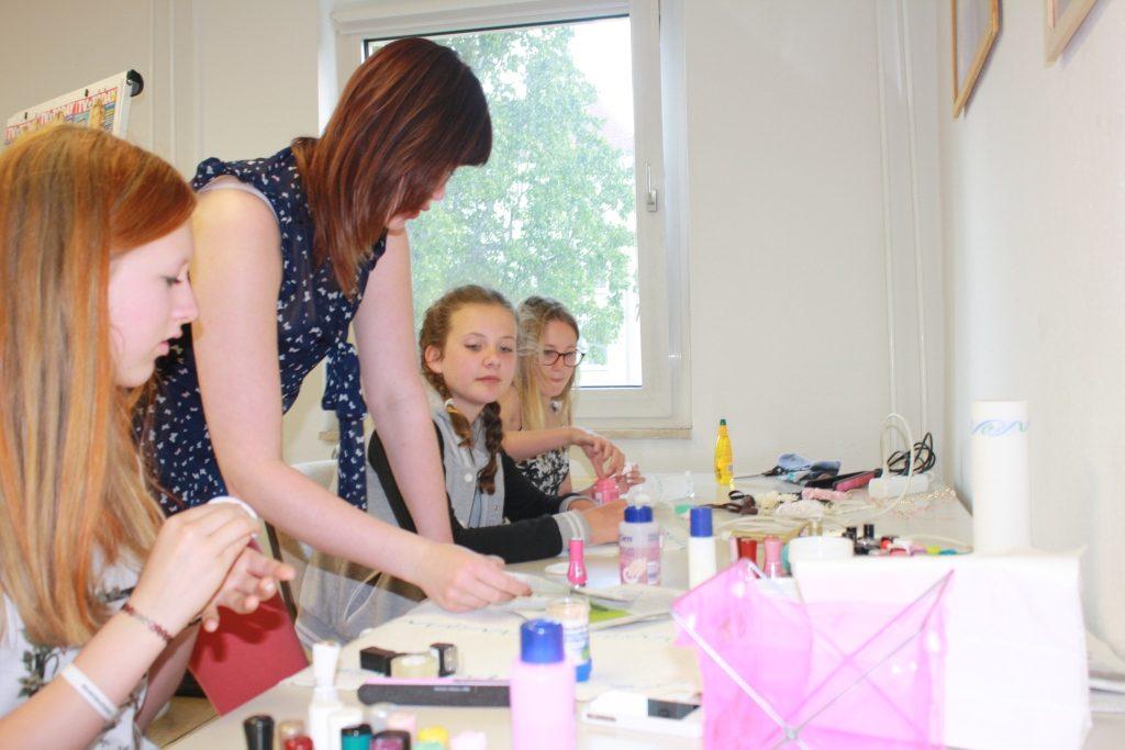 Julia erkärt, wie man Nägel lackleren kann
